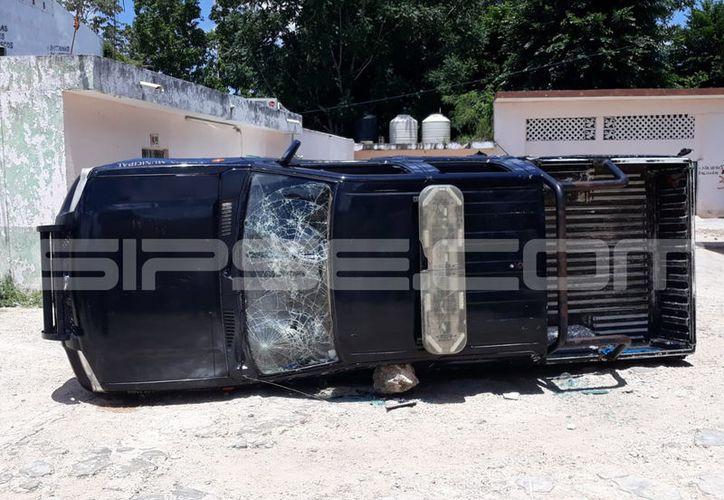 Cuatro vehículos de la policía municipal de Tzucacab terminaron con daños ante las agresiones de un grupo de manifestantes. (SIPSE)