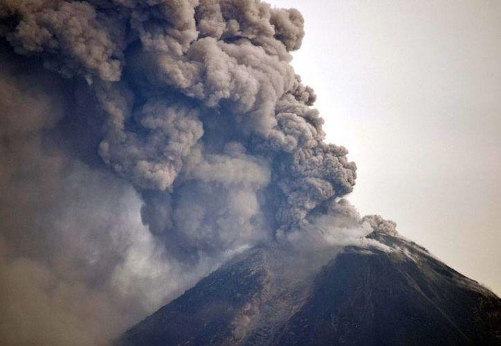 Los volcanes que presentan actividad en México, el Popocatéptl y el  Volcán de Fuego, de Colima, han lanzado grandes fumarolas que, en muchos casos, alcanzan los 2,000 metros de altura. (Archivo/NTX)