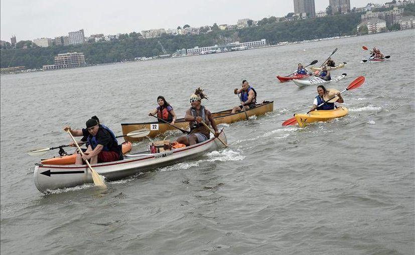 Varios piragüistas participan en la carrera celebrada en el río Hudson para conmemorar el Día Internacional de los Pueblos Indígenas del Mundo. (EFE)