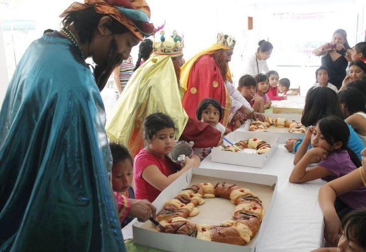 Los Reyes Magos partieron la tradicional rosca con los niños. (Jesús Tijerina/SIPSE)