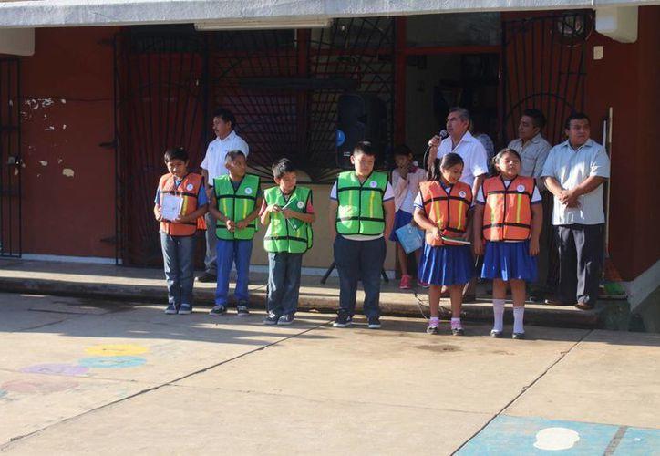 Los menores recibieron los chalecos, insignias así como libretas y lápices. (Benjamín Pat/ SIPSE)