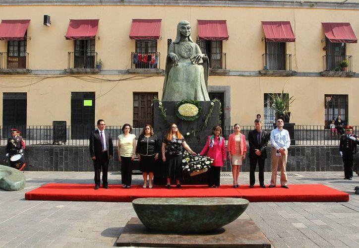 Autoridades colocaron un arreglo floral y montaron guardia al pie del monumento en honor a Sor Juana Inés en el DF. (Notimex)