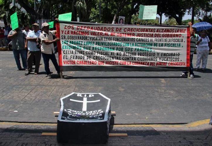 Las personas que fueron defraudadas por los arrestados han realizado diversas protestas. (Archivo/SIPSE)
