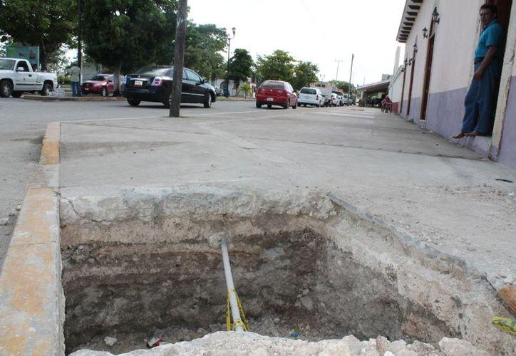 Los hoyos son parte de las obras para los registros eléctricos que darán energía al nuevo Palacio Municipal. (Juan Carlos Gómez/SIPSE)