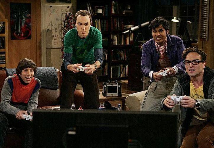 El actor Jim Parsons (de camisa verde) ganó este año 25 millones de dólares por su papel en 'The Big Bang Theory'. (digitalspy.com)