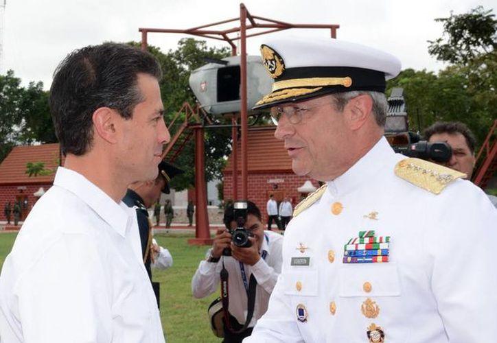 El presidente Enrique Peña y el secretario de Marina, Vidal Soberón, se saludan en la ceremonia conmemorativa en Campeche por el Día de la Armada de México. (presidencia.gob.mx)