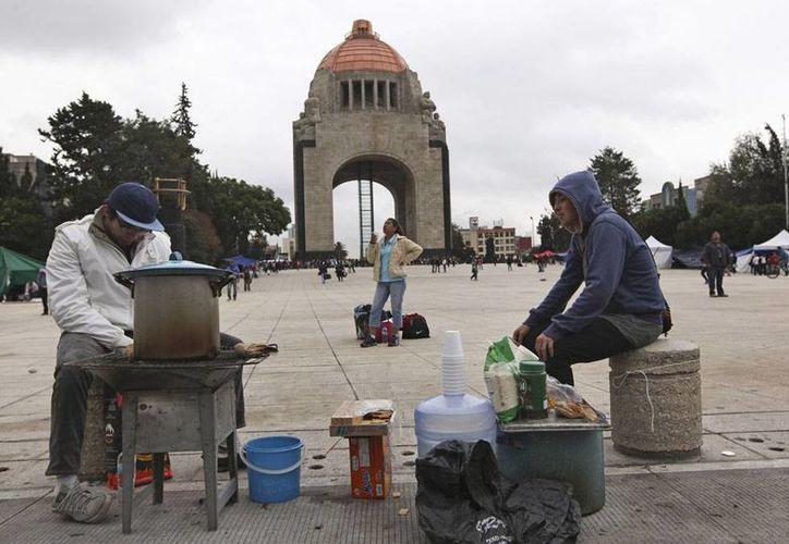 Profesores de la CNTE se apostaron en el Monumento a la Revolución, tras ser desalojados del Zócalo del DF, el viernes por la tarde. (Agencias)
