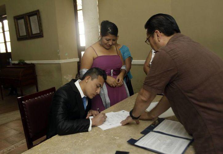 El 70 por ciento de las parejas fluctúan, en el caso de las mujeres, de 21 a 23 años, mientras que en el de los hombres, de 23 a 25. Imagen de una boda en el Registro Civil de Yucatán. (Archivo/SIPSE)