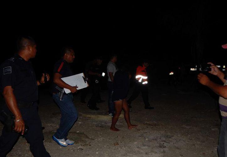 Elementos de la Policía Municipal y paramédicos arribaron para apoyar a la afectada. (Foto: Redacción)