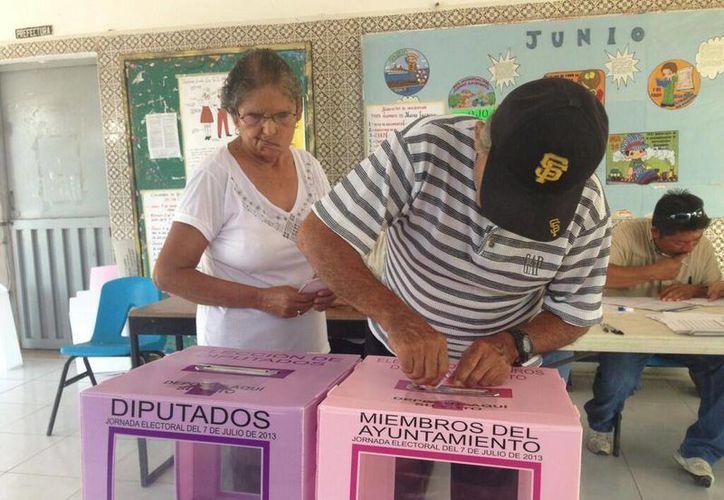 Votantes en la casilla 254B. (Lanrry Parra/SIPSE)