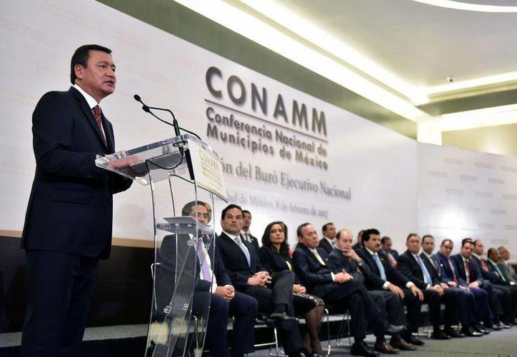 El secretario de Gobernación, Miguel Ángel Osorio Chong presidió la toma de protesta de José Ramón Enríquez como presidente de la Conferencia Nacional de Municipios de México. (Notimex)