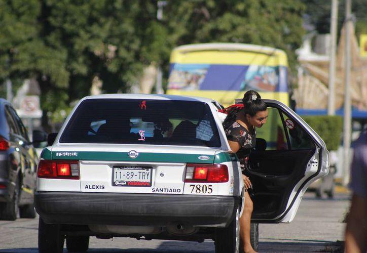 Un grupo de socios taxistas opera de manera colectiva para brindar el servicio. (Jesús Tijerina/SIPSE)