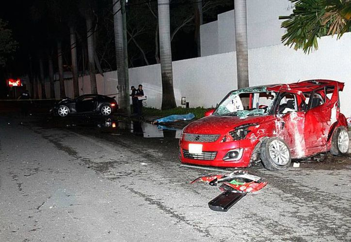 Dos vehículos chocaron de frente en calles del fraccionamiento Monterreal, en Mérida. Un persona murió y otras dos resultaron con heridas de consideración. Dos de los involucrados, huyeron del sitio. (Martín González/SIPSE)