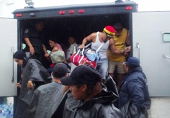 Un convoy con 18 internos del Centro de Retención de Isla Mujeres llegó este lunes a la cárcel de Solidaridad, en donde permanecerán cerca de mes y medio. (Redacción/SIPSE)