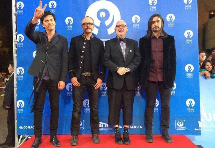 Saúl Hernández, Alfonso André, Sabo Romo y Diego Herrera, mejor conocidos como Caifanes, agradecen fidelidad del público. (@LunasAuditorio/Milenio)