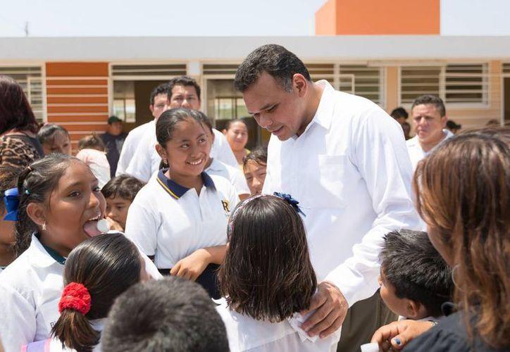 El gobernador Rolando Zapata Bello convive con estudiantes de Dzununcán, donde inauguró una escuela. (SIPSE)