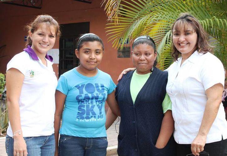 Juan García con su hija  Sofía Margarita, acompañada de Ave María Falla y Edith Marín Dzul, presidenta y directora del DIF de Motul. (SIPSE)