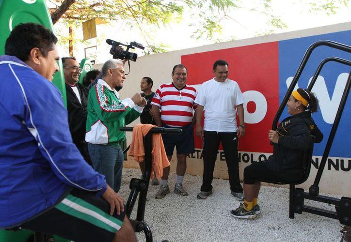 Atetas del Club Ciricotes fueron primeros en usar el gimnasio al aire libre instalado en el estadio 'Salvador Alvarado'. (Cortesía)