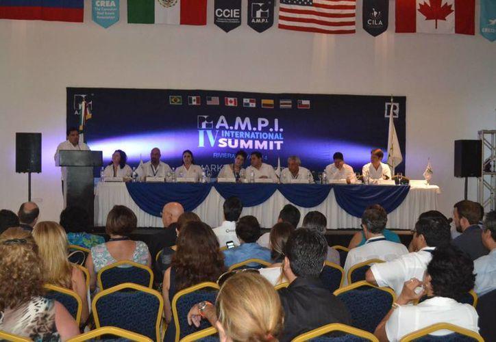 Ayer se inauguró en Tulum el IV Simposio Internacional Inmobiliario que reúne a poco más de 300 inversionistas nacionales e internacionales.  (Rossy López/SIPSE)