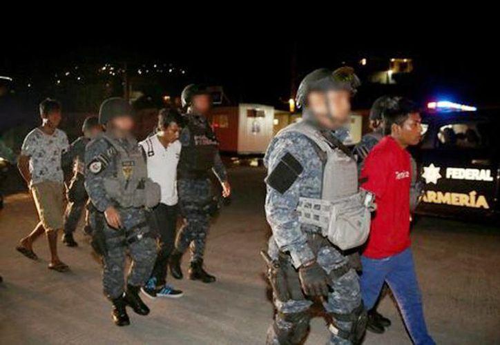 """Con """"El Negro"""" fueron detenidos dos supuestos cómplices, en Acapulco, Guerrero. Se les aseguraron dos armas y diez kilogramos de marihuana. (Milenio)"""