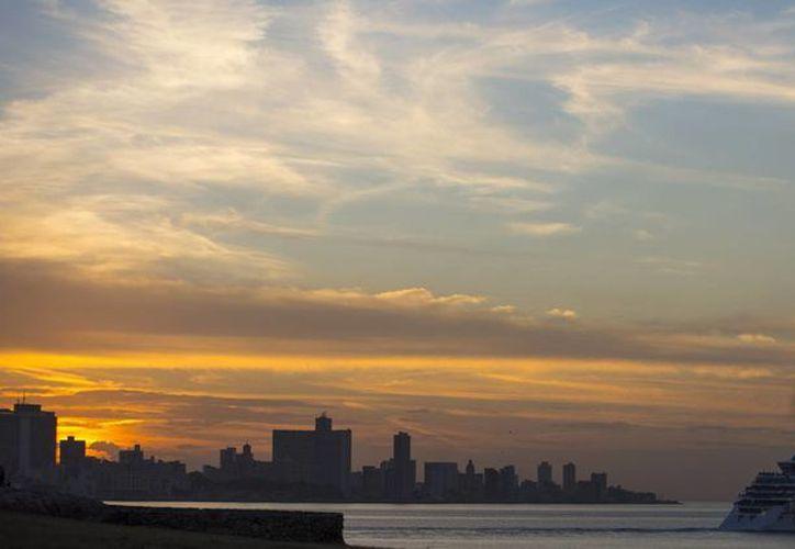 Con la remodelación del puerto de Santiago podrán arribar buques de hasta 55 mil toneladas. Imagen de la vista de una playa de la isla de Cuba. (AP)