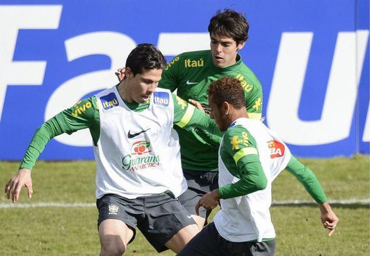 De izquierda a derecha, los futbolistas brasileños Hernanes, Kaká y Neymar entrenando en el estadio Colovray, en Nyon, Suiza. (Agencias)