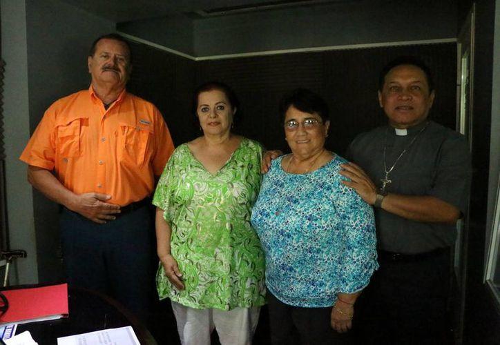 La magistrada Ligia Cortés n y el sacerdote Miguel Medina Oramas  estuvieron como invitados en el programa de radio 'Salvemos de Vida', bajo la conducción de Jorge Barrera y Esperanza Nieto. (José Acosta/Milenio Novedades)