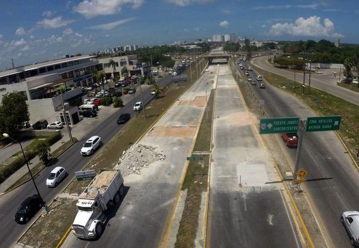 El distribuidor vial ubicado en el bulevar Luis Donaldo Colosio; ambos carriles permanecen cerrados. (Israel Leal/SIPSE)