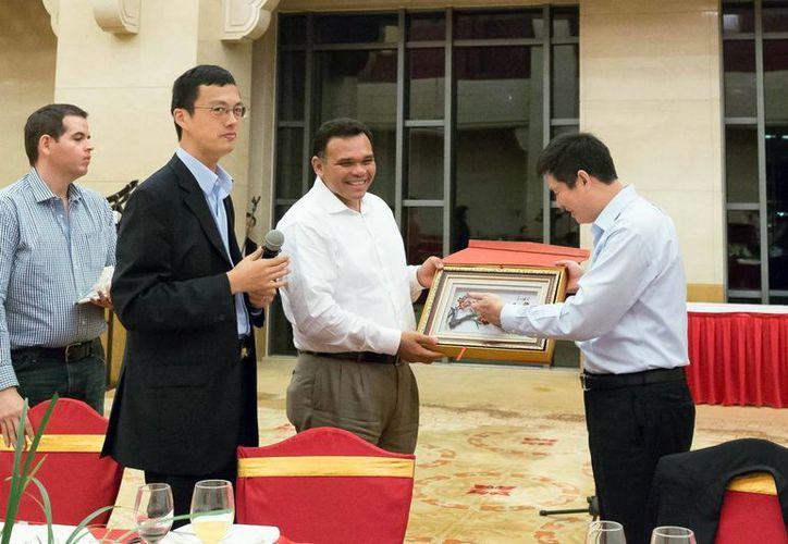 En el encuentro, las delegaciones yucateca y asiática intercambiaron obsequios. (Milenio Novedades)
