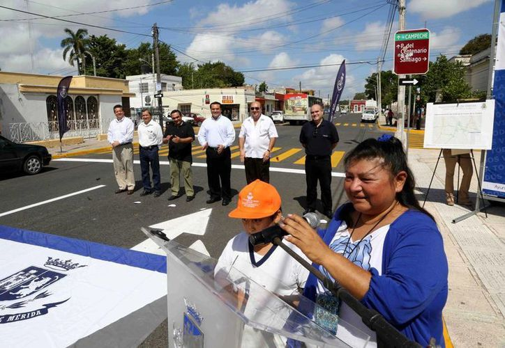 Autoridades y vecinos participaron en la ceremonia de entrega de calles repavimentadas. (Milenio Novedades)