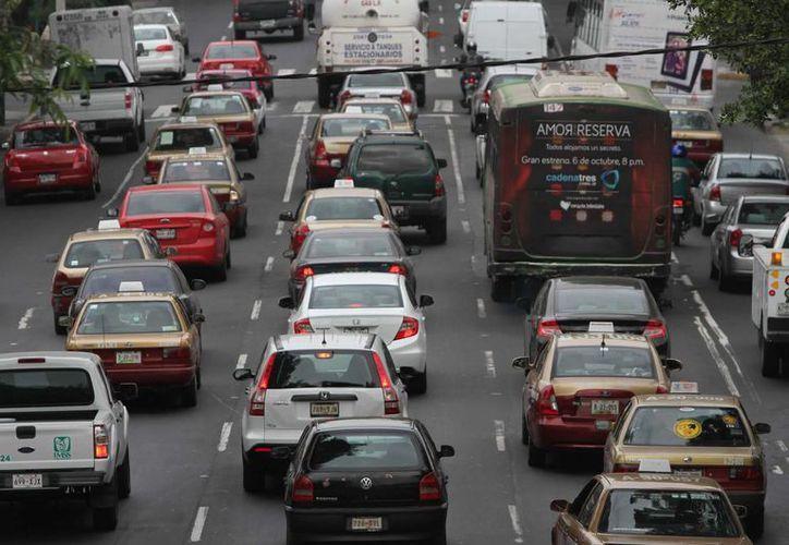 Según la Asociación Mexicana de Instituciones de Seguros, en el Distrito Federal el 48 % de las personas que tienen automóvil no cuentan con un seguro vehicular. (Archivo/Notimex)