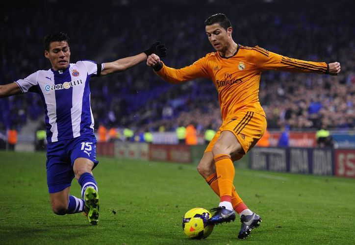 """Cristiano Ronaldo (d) confirmó que asistirá a la """"Gala del Balón de Oro"""" de la FIFA en compañía de su familia. (Agencias)"""