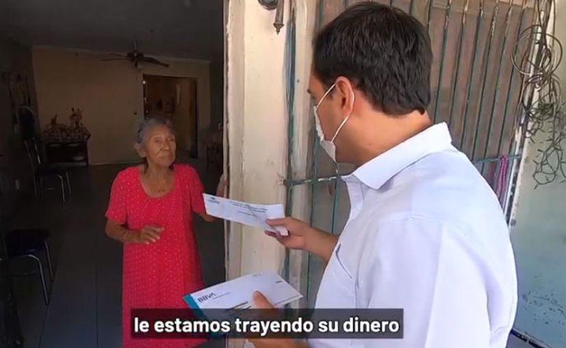 Doña Emilia recibió su dinero de parte del Gobernador. (Especial)