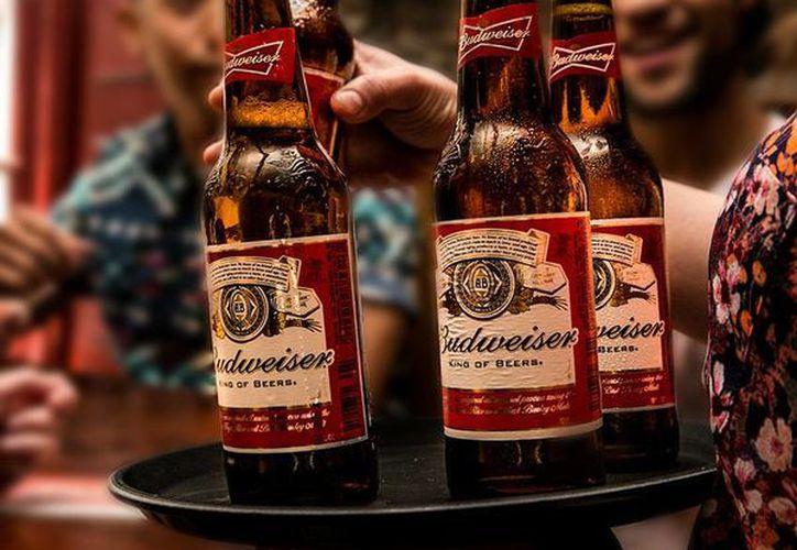 La empresa Anheuser-Busch que fabrica la cerveza  Budweiser se amparó ante la intención de otra cervecera de nombrar a su producto 'The Queen of Beer'. (facebook.com/Budweiser)