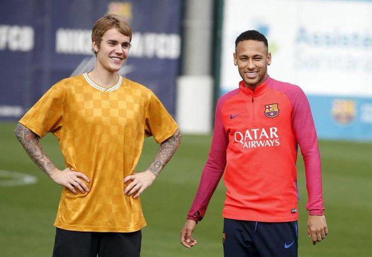 Justin Bieber entrenó con el equipo FC Barcelona. En la foto con el delantero brasileño Neymar Jr. (@FCBarcelona_es)