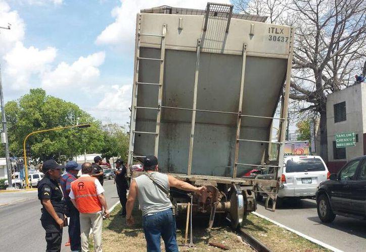 Los vagones de la locomotora No.1883 procedente de Campeche descarrilaron a la altura de Circuitos Colonias con la entrada a Tanlum. (Candelario Robles/SIPSE)
