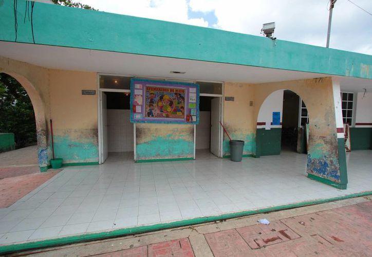 """Más de 800 alumnos que forman la plantilla de la escuela """"Eladio Novelo Gil"""" tienen que estudiar con instalaciones en malas condiciones. (Gustavo Villegas/SIPSE)"""