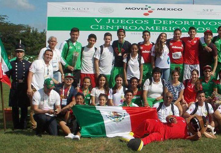 Ayer se clausuró los Jedecac en el Complejo Deportivo 'Kukulcán'. Imagen del equipo de atletismo de la selección mexicana en el estadio 'Salvador Alvarado'. (Milenio Novedades)