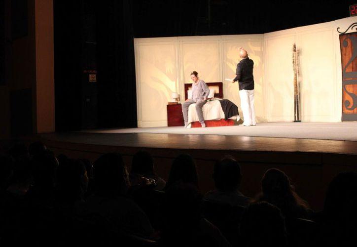 El actor salió a escena con su peculiar estilo para confrontar y desnudar la conducta humana. (Faride Cetina/SIPSE)