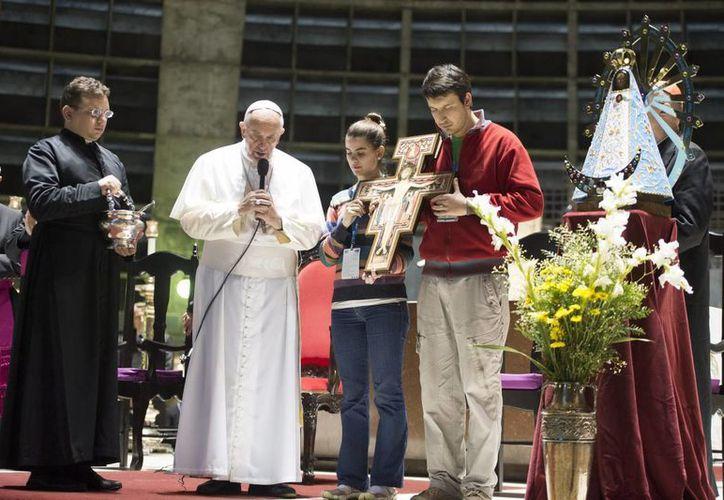 El papa Francisco (c) durante un encuentro con jóvenes argentinos en la Catedral de Río de Janeiro  (EFE)