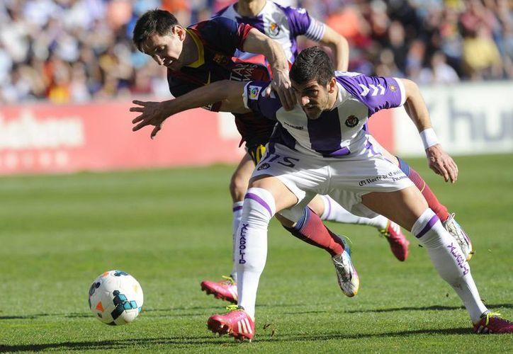 Lionel Messi creó cierto peligro en el encuentro con el Valladolid, aunque sin apenas esfuerzo ni tampoco el premio de otras ocasiones, vino a confirmar la tendencia decadente del Barsa. (Agencias)