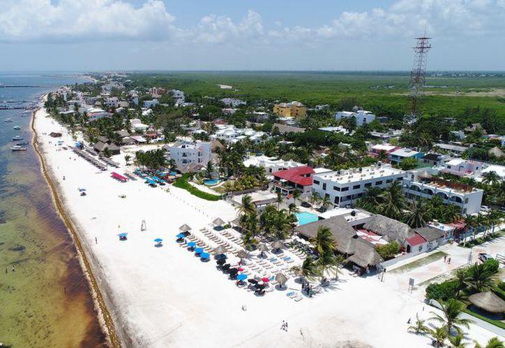 En zonas como Puerto Morelos y Holbox, los casos de despojos de predios han ido en aumento, debido al alza de la plusvalía de los terrenos. (Redacción)
