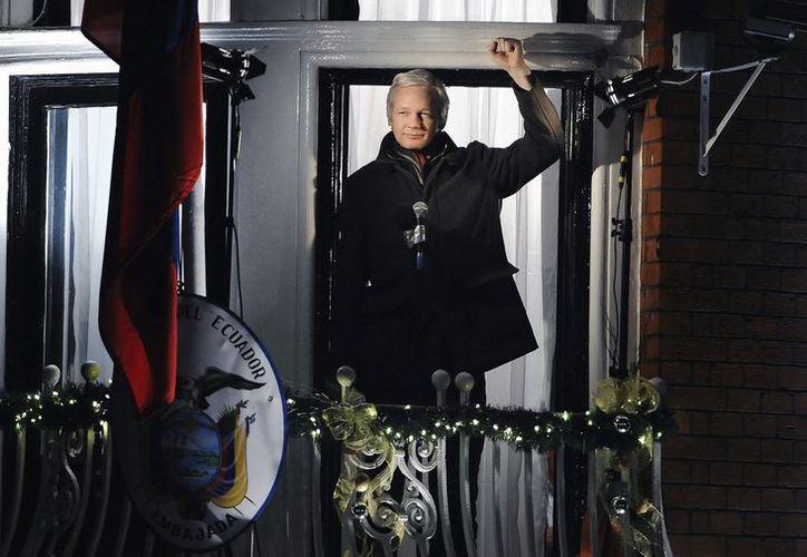 Julian Assange compareció durante 15 minutos desde el balcón de la legación diplomática ante un centenar de seguidores y medios de comunicación. (EFE)