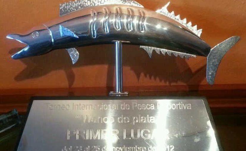 El trofeo que se llevará la embarcación que acumule más puntos por los mejores ejemplares. (Jorge Carrillo/SIPSE)