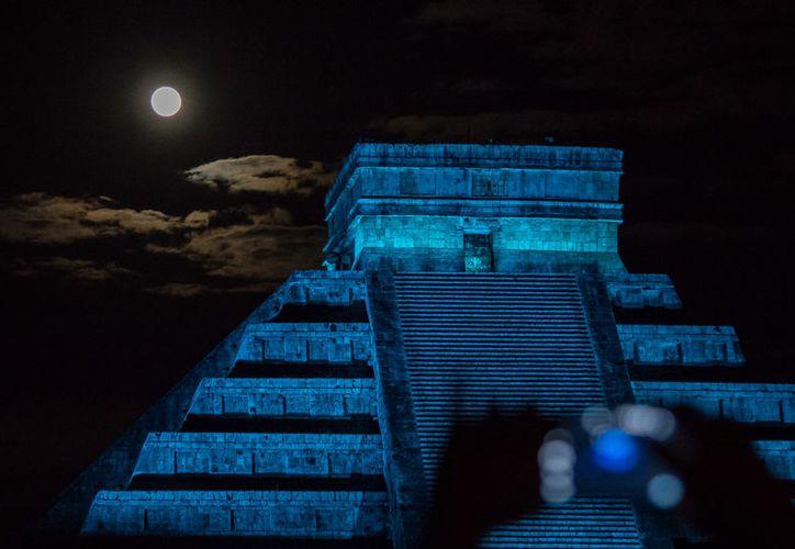 Fotografía 'Móvil, mayas y Luna llena' de Roberto Bueno (Tomada de robertobueno.com)
