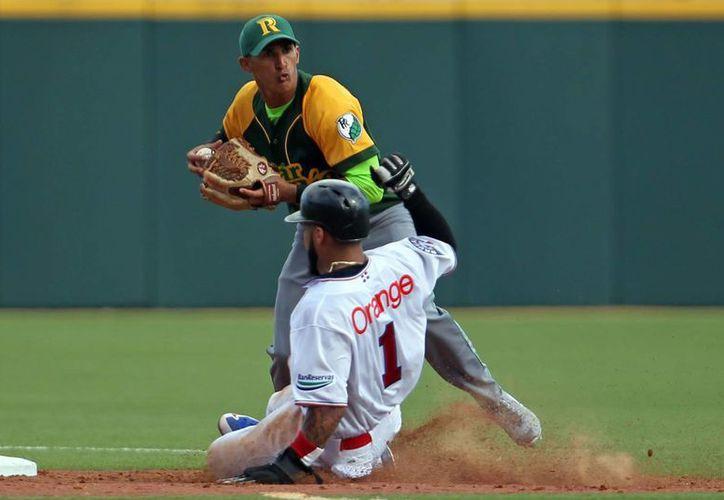 El shortstop cubano Yadiel Hernandez se enfrenta al dominicano Leury Garcia en la segunda base en partido por la Serie del Caribe. (Foto: AP)