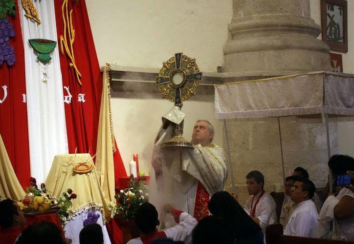 El Arzobispo de Yucatán, Mons. Emilio Carlos Berlie Belaunzarán destacó la relevancia de la fiesta del Corpus Christi para los católicos. (Mauricio Palos/SIPSE)