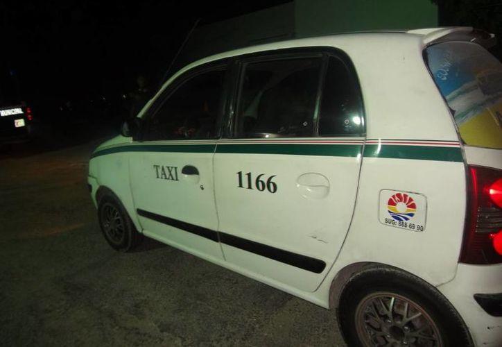 Los policías lograron detener al conductor del taxi con número económico 1166. (Redacción/SIPSE)