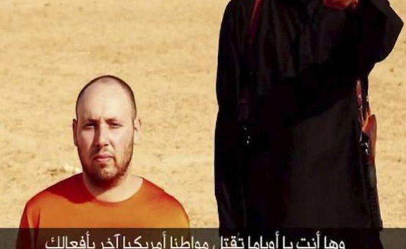 Imagen de un vídeo realizado por el Estado Islámico (EI) que muestra al periodista estadounidense Stephen Sotloff (i) antes de ser ejecutado por un miembro del EI. (EFE)