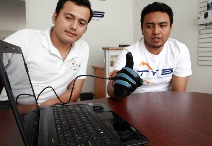 Abner Isaac Grajales y Alejandro Cortés y Fernando Zapata, Jóvenes desarrolladores del dispositivo. (Jorge Acosta/Milenio Novedades)